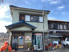 お店は「鴨鶴」という海鮮料理のお店。 釜飯も人気だそうです。 11:30開店で、着いたのが11:25分。 先客は1人でしたが、我々が食べ終わった頃は、待ち時間が出るくらいになりました。