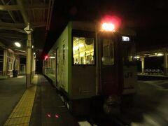 """2020.12.27 越後川口 おぉ、やっと銀色電車から解放。18きっぷの超重要ルートの飯山線に乗り換える。""""抹茶ミルク""""の1両列車だ。"""