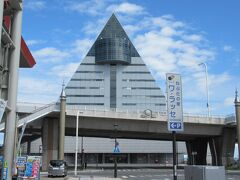 """10:25 ブラブラしながら「青森県観光物産館アスパム」が見えてきました。 AOMORIの """"A"""" をイメージした建物は青森市のシンボル的存在ですね。"""
