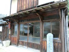 昭和初期の雰囲気漂うレトロな床屋さん「理容館アラタ」。 アンティークな理容椅子に座って写真撮影OKとあったので入ろうとしましたが、カギがかかっていました、、、残念。