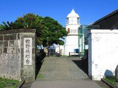 散策道を歩いて、大島の東端までやってきました。樫野崎灯台と、右手には国登録有形文化財の旧官舎があり、いずれもイギリス人技師、リチャード・ヘンリー・ブラントンの設計により、明治3年に建設されたものです。