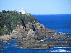 展望所からは、大島の東端に建つ、樫野崎灯台を望むことができます。灯台へはこの後行きます。