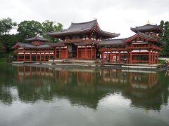 平等院鳳凰堂と言えば、池にその姿が映るのがまた素晴らしいのですが、この天気だとこれが限界ですが、これだけ見られれば十分だな。