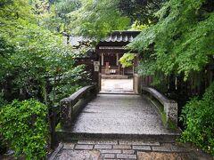 神社入口は小粋な料亭のような雰囲気。 宇治上神社は、平等院の鎮守社として創建されたものです。