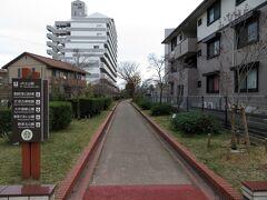 土山駅から伸びる、遊歩道を歩いていきます。 実はここは、別府鉄道の廃線跡。