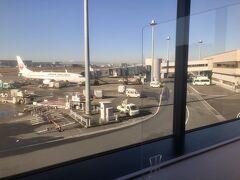 9:51  羽田空港 パワーラウンジにて アクリル板が設置されてました。