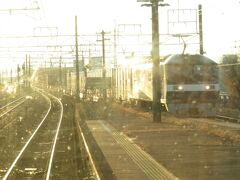 2020.12.28 大垣ゆき快速列車車内 さすがの貨物街道、年の瀬でも貨物列車は元気に活躍しているようだ。