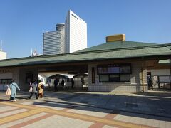 入口のところまで来た。 といっても、駅から歩いて1分かそこら。  この横には相撲博物館があるのだが、コロナ禍になってからやってない。 以前は本場所中以外でも開いていたので、1回見学したことがある。