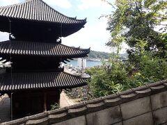 道端の可愛いものを探しながら登っていくと・・ 視界が開け瀬戸内海を望む斜面に建つ天寧寺の裏手に。