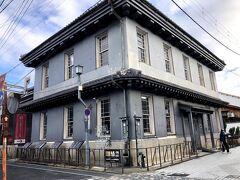 ここが、黒壁スクエアの中心、黒壁ガラス館。元は「黒壁銀行」との愛称を持つ旧第百三十銀行である。