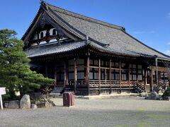 山門をくぐると、重要文化財に指定されている本堂。伏見城の遺構とも言われている。