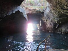 ここが天窓洞 海水による浸食で造られた洞窟の天井が抜けています
