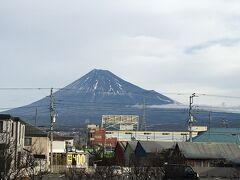 午前8時35分、吉原駅スタート。 再びの吉原駅。 今日の富士山は筋状に雪が積もっているようですが、雪化粧まではしていませんでした。 今回は江戸方面に向かい、沼津を目指して歩きます。