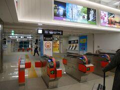 ということでまずはホテルへ。 福岡空港から市内までは地下鉄が便利、というので空港直結の福岡空港駅へ。 福岡の地下鉄は交通系の各種ICカードが利用可能。 が、ここでPiTaPaを忘れたことに気づく。 すっかり忘れてた…。 この前の青森旅行では全く使えなかったから油断した。 さっとPASMOをかざして改札を通過する後輩を横目に券売機で切符を購入。 ……何か…悔しい。