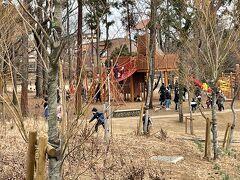 公園では子供達が遊んでます。お母さんが買い物中にお父さんと遊んでいるのかな?