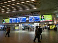 大宰府までの片道の電車代が410円なので大宰府を往復すれば元が取れちゃう。 梅が枝餅は実質無料というとってもお得な「大宰府散策きっぷ」を西鉄電車のインフォメーションで購入。 ちなみに西鉄電車は博多駅までつながっていなくって博多駅から地下鉄で数駅の天神駅と接続している。