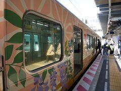 が、この時間帯は太宰府駅まで直通の電車はないので西鉄二日市駅で大宰府線に乗換。 乗換のホームに行くとカラフルな大宰府観光列車「旅人」が止まっていてちょっとテンション上がる!