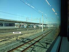 11:26 栗橋に停車。 この駅は、JRと東武鉄道が隣接しており、左の連絡線を使って両社の特急列車が行き来しています。