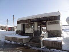 = 中山平温泉駅 = 大正6年に中山平駅として開業。 平成9年に中山平温泉駅となりました。 今は無人駅となり、コンクリート造りのかわいい駅舎です。