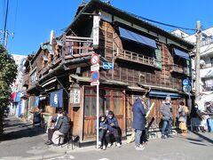【土手の伊勢屋】  街角にあった天ぷら屋さんだって  それはもう かなりの年代物! 緊急事態宣言中なんですけれどね  このように 列ができていました   http://www.dotenoiseya.jp/