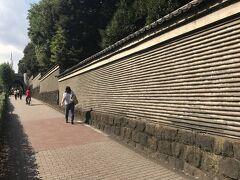 粘土と瓦のミルフィーユが美しい築地塀の昌平坂を下って湯島聖堂へ