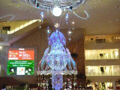 阪急百貨店梅田本店の9階にある吹き抜けの祝祭広場で、クリスマスツリーを見学