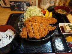 ●美食亭 とんかつ美豚  で、注文した特盛ロースカツ260gです。 沖縄のあぐー豚使用です。 どどど~んと(笑)。 豚の脂が美味しいのは、質の良い証拠。 とってもとっても美味しく頂きました。 …が、胃が弱っている40代半ばの男子、最後はヘビーでした(笑)。