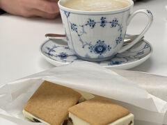 お茶にしましょ♪  息子はカプチーノ私はコーヒ 甘いものは何にしようか迷いましたが、お腹の隙が隙なかったのでアイスサンドにしました。  これ大好き^^  コーヒーはおかわりも頂けます。  何度もいかがですか?と気遣いしてくださいました。