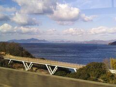 バスはしまなみ海道を快調に進む。車窓から眺める景色がいい。