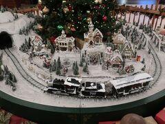 「クリスマスツリー」の下を走っていた汽車をしっかりパチリしときました!!!。