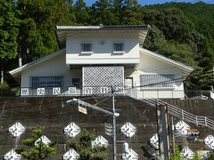 この一段高い所にある白い建物は 十津川村 歴史民俗資料館です