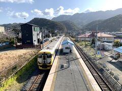 と・・の~んびり車窓風景を見ながら浜金谷駅に到着しました。。。  とてもローカルで静かな駅。。。
