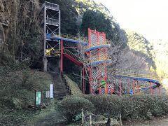 同上  左の階段を上がって遊歩道を歩いて行くと虹の大吊り橋の所に行けますが只今吊り橋補修工事のため通行止めになっています。この後ろに雨後の滝があります