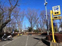 府中公園の駐車場 脇にバイク置き場がある