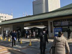 通常開催では当日券を求めて朝7:00前には長蛇の列が駅前まで伸びますが、コロナ禍の今場所は全席指定で且つ入場数制限があるので開場直前でもこの程度の人数でした。