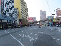 高雄駅の前の通り、建国二路