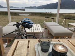 洲江港から1時間10分ぐらいでしょうか。大三島のWAKKA CAFEさんに到着です。ここはドーム型テントの他、ドミトリーもあるので宿泊するか迷ったホステルです。気になったので、カフェだけ利用しに来ました。閉店30分前のギリギリセーフです。自転車ごとカフェの中に入れるのが面白いです。