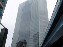 帰路に新橋に出て,ちょっと寄り道をしました.  これはカレッタ汐留(電通本社ビルと一体になっているよう). この46Fに展望スペースがあるので,行ってみました.  電通本社ビルの地下2階から地上3階までと,46-47階のレストラン・ショッピングゾーンが「カレッタ汐留」となっている,が正しかった.