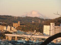 人が多くなった野島山頂から急いで退散。 野島山から降りる西側の道から観られる、初日に照らされるシーサイドラインのある金沢区の街並みや富士山が美しい。