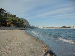 野島海岸は横浜市に唯一残存した自然海岸と紹介されているが、砂浜は狭くゆっくり寛げる場所ではない。自然海岸の無い地域に住まう方ならまだしも、もっと自然な海岸を見馴れている遠方の方が空路や海路ではるばる来島すれば苦笑されてしまうかもしれない。 とは言え、毎月定期的に砂浜の清掃が続けられていて、三浦や伊豆や大陸など遠くまで行かずに短時間でリフレッシュするには貴重な穴場である。