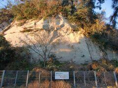 野島山の一部の急斜面には白い岩盤が露出していて古代からの景観を彷彿させる。山腹には野島貝塚のかつての調査地があるが通常は立入出来ない。海岸側にあった階段通路も閉鎖されている。踏み荒らされたり盗掘などから保護する必要がありそうだが、当局の適切な筋にて定期的に現地で一般向けの公開解説などをして頂きたいものだ。