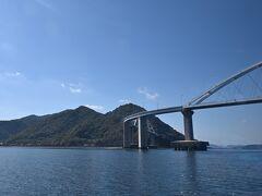 ●内海大橋  「阿伏兎観音」からしばらく進むと、進行方向左側に離島の「田島」があり、本土側との間に「内海(うつみ)大橋」が架かっています。