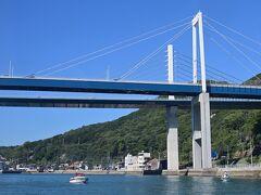 ●尾道大橋/新尾道大橋  そしてついに、船は「尾道水道」へ! 水道の東側、尾道市街と対岸の「向島」との間に架かる、「尾道大橋」(東側・写真手前側)と「新尾道大橋」(西側・同奥側)の下を通り抜けていきます。