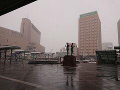 弘前駅に降り立った時は、小雪が降っていた。