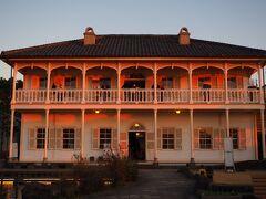 <旧三菱第2ドックハウス> 夕日を浴びてとてもきれい。 入館しようか、外観を眺めようか?!