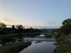 叡山電車の発着駅、出町柳駅へ。 夕方に差し掛かった鴨川を渡ります。