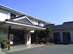 福岡県南部の自宅から車で植木温泉へ。 熊本の奥座敷といわれていますが、小さな温泉地で歓楽街もなく、のんびりとした健全な温泉地です。 しかし、各宿泊施設が自前の泉源を持ち、原則として「源泉かけ流し」で温泉ファンには評価の高い場所です。  「旅館いろは」に到着します。ここは明治20~30年頃には営業しており、植木温泉の中でも老舗といわれる旅館です。
