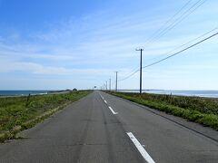 さあ野付半島です 道の両側に海が見える不思議な風景です 道路は道道950号線