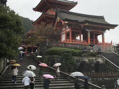 六波羅蜜寺から坂を上って上って清水寺へ。 さすがにこちらは参拝客がいっぱい。