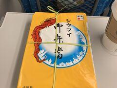 11時台と少し遅めの新幹線だったので、お昼ごはんは車内でお決まりの崎陽軒弁当。これが神奈川工場限定の十字結びですね。